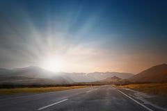 Soluppgång över vägen Arkivbild