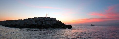 Soluppgång över vågbrytaren/bryggan för den Puerto San Jose Del Cabo hamnen/marina i Baja Mexico Arkivbild