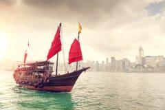 Soluppgång över Victoria Harbour i Hong Kong Arkivbild