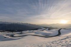 Soluppgång över vintrigt snölandskap på Jaufenpass, Italien arkivbild