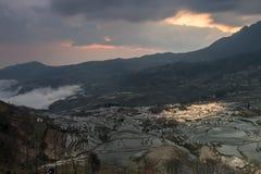 Soluppgång över YuanYang ris terrasserar i Yunnan, Kina, en av de senaste UNESCOvärldsarven Fotografering för Bildbyråer