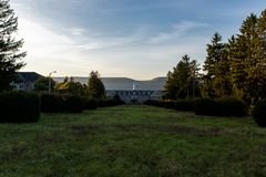 Soluppgång - övergett Laurelton statlig skola & sjukhus - Pennsylvania royaltyfria bilder