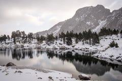 Soluppgång alpina sjöreflexioner i nationalpark för Aigà ¼estortes I Estany de Sant Maurici arkivfoton