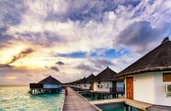 Soluppgång av den typiska lyxiga overwatervillan Arkivbilder
