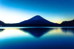 Soluppgång av Mount Fuji och reflexionen Arkivfoton