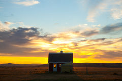 Soluppgång bak en South Dakota ladugård arkivfoton