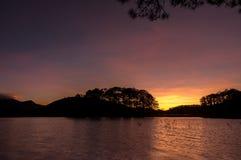 Soluppgång eller gryning i sjön, morgon Arkivfoto
