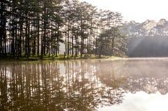 Soluppgång eller gryning i sjön på morgondelen 3 Royaltyfria Bilder