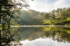 Soluppgång eller gryning i sjön på morgondelen 2 Fotografering för Bildbyråer