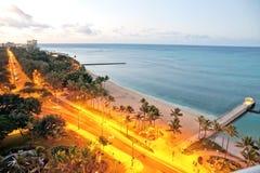 Soluppgång för otta för Waikiki Honolulu strandsikt arkivfoto