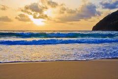 soluppgång för strandhawaii makapuu Arkivfoto