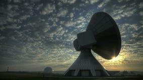 Soluppgång för Tid schackningsperiod över satellit- station lager videofilmer