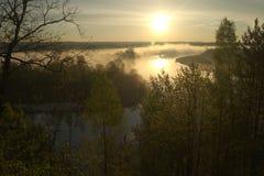 Soluppgång Floden i misten Royaltyfri Bild