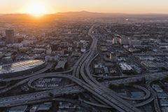 Soluppgång flyg- Los Angeles 10 och motorväg 110 Fotografering för Bildbyråer