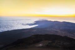 Soluppgång från överkanten av vulkannationalparken för El Teide i Tenerife royaltyfria bilder