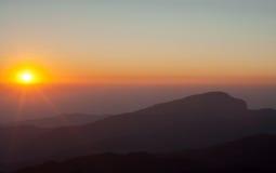 Soluppgång från den Inthanon nationalparken Arkivbild