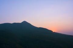 Soluppgång från den sakrala Popa Mount & x28en; Taung Kalat& x29; , Bagan, Myanmar Fotografering för Bildbyråer