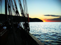 Soluppgång från ett högväxt skepp royaltyfria foton