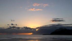 Soluppgång från molnig morgon för Cantabria hav stock video