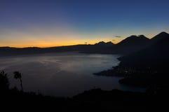 Soluppgång från Narriz del Indio över Lago Atitlan, Guatemala Royaltyfri Bild