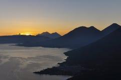 Soluppgång från Narriz del Indio över Lago Atitlan, Guatemala Royaltyfri Fotografi