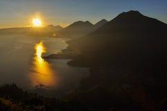 Soluppgång från Narriz del Indio över Lago Atitlan, Guatemala Arkivbilder