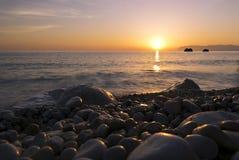 Soluppgång, hav och Pebble Beach Royaltyfri Bild