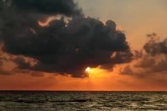 Soluppgång havsgolf, men vara ett moln som ska döljas Royaltyfri Bild
