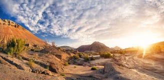 Soluppgång i ökenbergen Arkivfoto