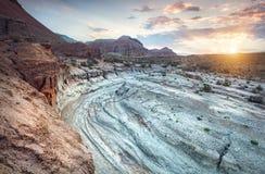 Soluppgång i öknen med kanjonen Arkivfoton