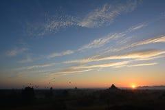 Soluppgång i Bagan, på den Shwesandaw pagoden Arkivbild