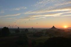Soluppgång i Bagan, på den Shwesandaw pagoden Arkivbilder