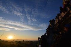 Soluppgång i Bagan, på den Shwesandaw pagoden Royaltyfri Fotografi