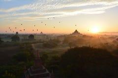 Soluppgång i Bagan, på den Shwesandaw pagoden Arkivfoton