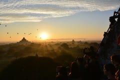 Soluppgång i Bagan, på den Shwesandaw pagoden Royaltyfri Foto