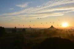 Soluppgång i Bagan, på den Shwesandaw pagoden Royaltyfri Bild