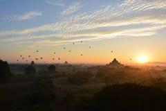 Soluppgång i Bagan, på den Shwesandaw pagoden Royaltyfria Bilder