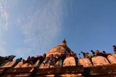 Soluppgång i Bagan, på den Shwesandaw pagoden Fotografering för Bildbyråer