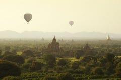 Soluppgång i Bagan tempel Royaltyfria Foton