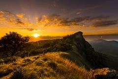 Soluppgång i berg Arkivfoton