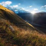 Soluppgång i berg av Svaneti Arkivfoton