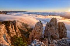 Soluppgång i berg, molnig himmel Arkivbilder
