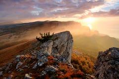 Soluppgång i bergen Arkivbild