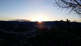 Soluppgång i bergen Arkivbilder