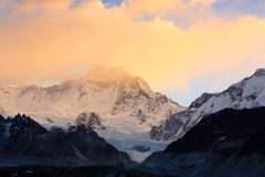 Soluppgång i bergen Cho Oyu, Himalayas, Nepal arkivbilder
