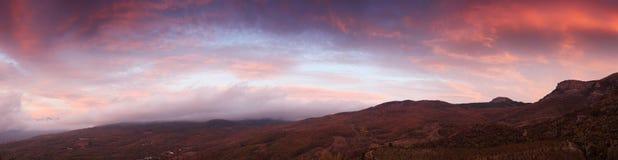 Soluppgång i bergen Demerdji. arkivbild