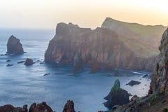 Soluppgång i bergen och havet på ön av madeiran, Portugal Royaltyfri Fotografi