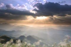 Soluppgång i berget med trevlig färg på bakgrunden arkivbild