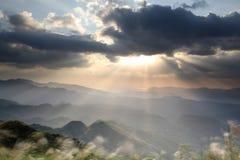 Soluppgång i berget med trevlig färg på bakgrunden royaltyfri bild