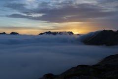 Soluppgång i de österrikiska alpsna, Europa Arkivfoto